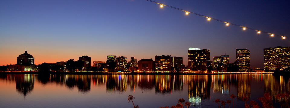 Photo of Oakland\'s Lake Merritt at night